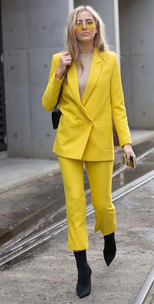 Sock Boots สีดำ, เสื้อสูทสีเหลือง, กางเกงสีเหลือง