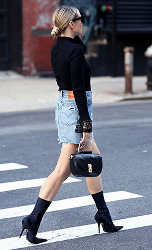 Sock Boots Balenciaga, เสื้อ Marled, กระโปรง Levi's, กระเป๋า Flynn, แว่นตากันแดด Celine