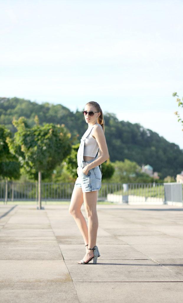 เสื้อเอี๊ยม Topshop, เสื้อ Primark, รองเท้า Zara, แว่นตากันแดด Lindex, กระเป๋า H&M