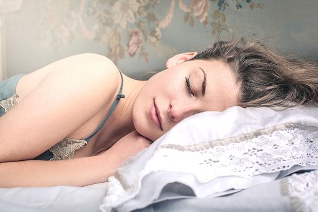 เหตุใดเราจึงไม่ควรนอนบนปลอกหมอนผ้าฝ้าย