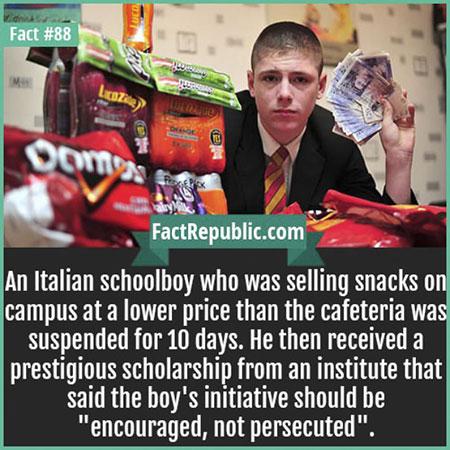นักเรียนหนุ่มชาวอิตาลีขายขนมในโรงเรียน