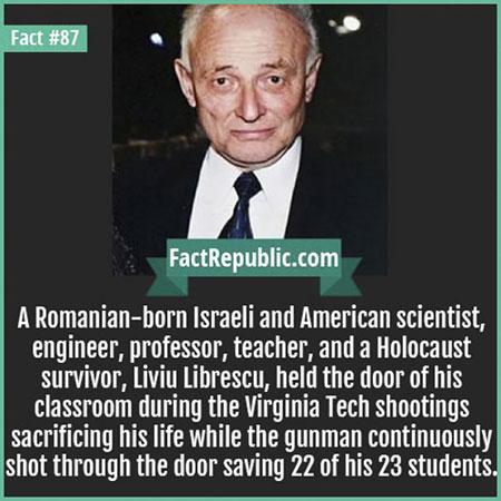 ยืนขวางประตูไว้ในขณะที่เหตุการณ์ยิงสังหารหมู่