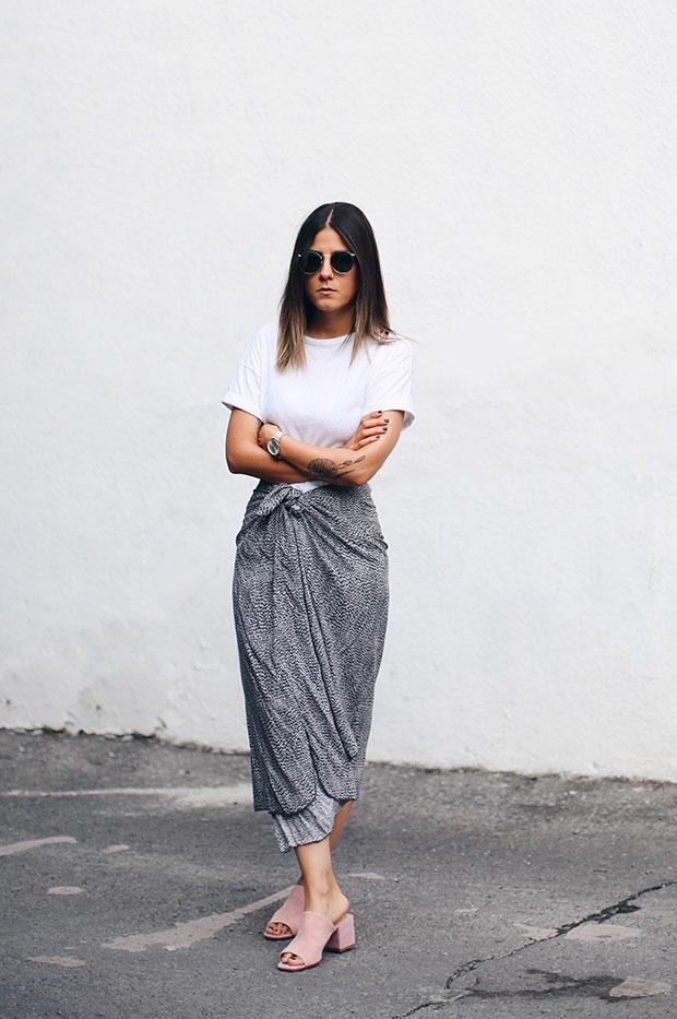 เสื้อยืด Asos, กระโปรง H&M, นาฬิกา Cluse, รองเท้า Front Row Shop