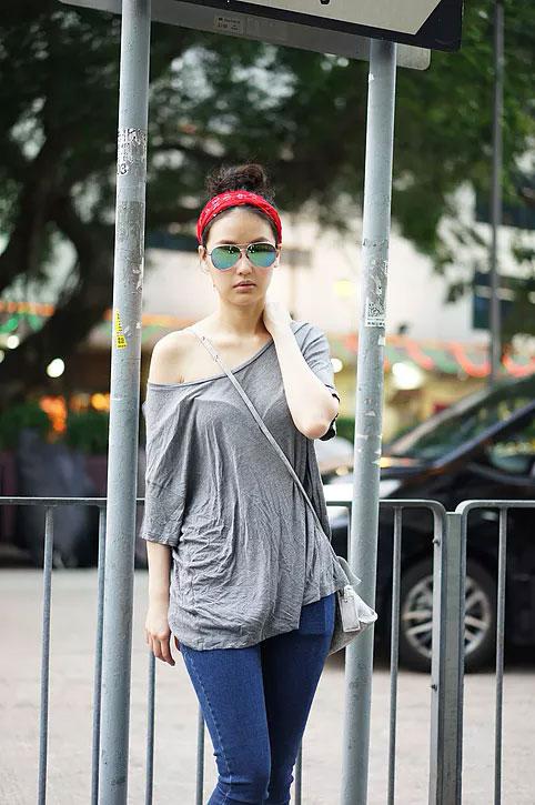 เสื้อ American Eagle, กางเกงยีนส์ H&M, รองเท้า Natural Shop, แว่นตากันแดด Zara
