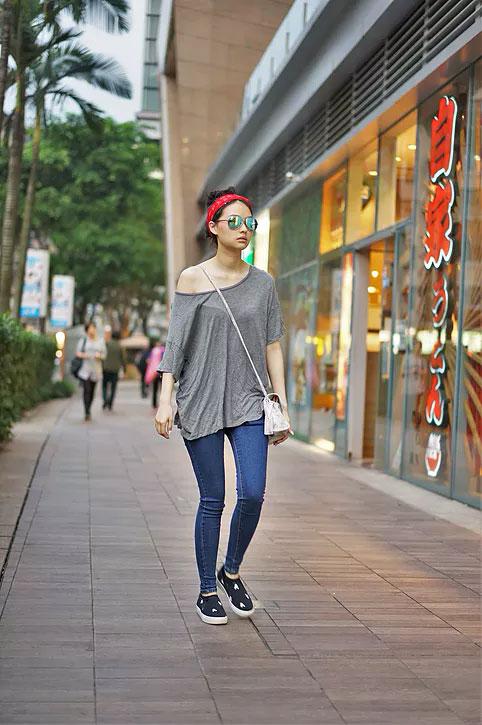 เสื้อ American Eagle, กางเกงยีนส์ H&M, แว่นตากันแดด Zara, รองเท้า Natural Shop