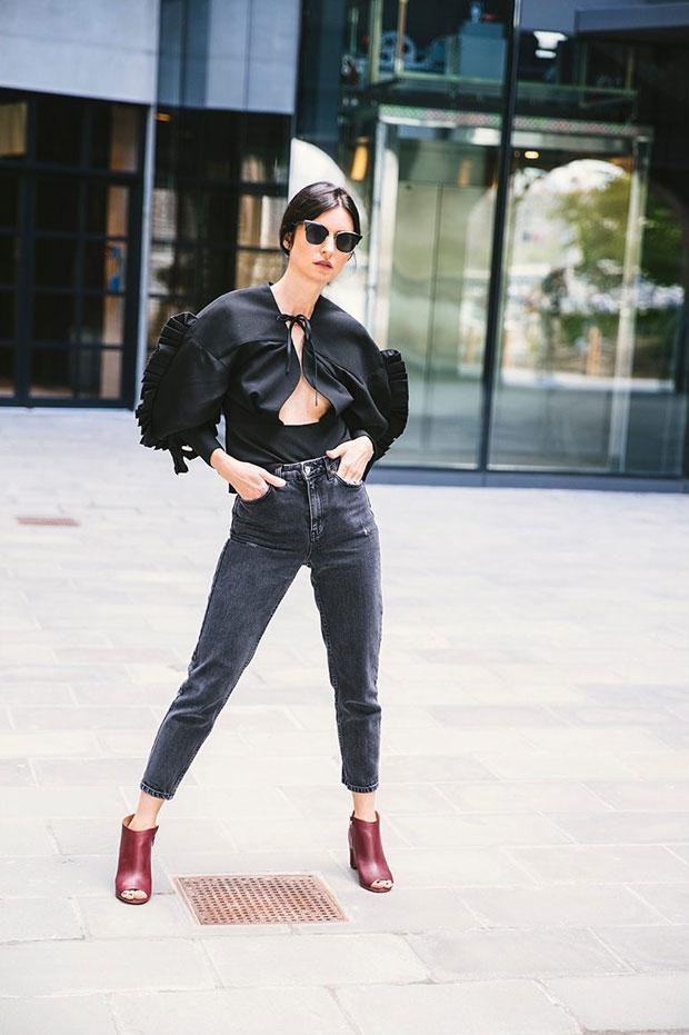 เสื้อ Jacquemus, กางเกงยีนส์ Topshop, รองเท้า Maison Margiela, แว่นตากันแดด Thom Browne