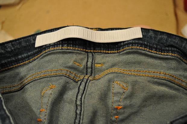 เย็บยางยืดชิ้นเล็กไว้ด้านหลังเอวกางเกงยีนส์