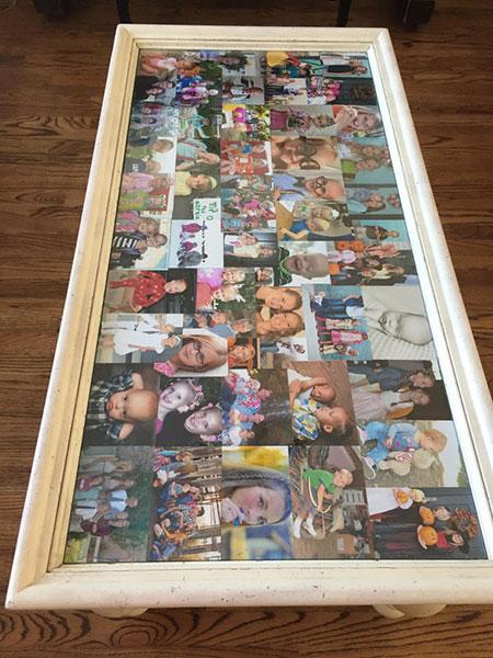 โต๊ะกลางที่เต็มไปด้วยภาพถ่ายครอบครัว
