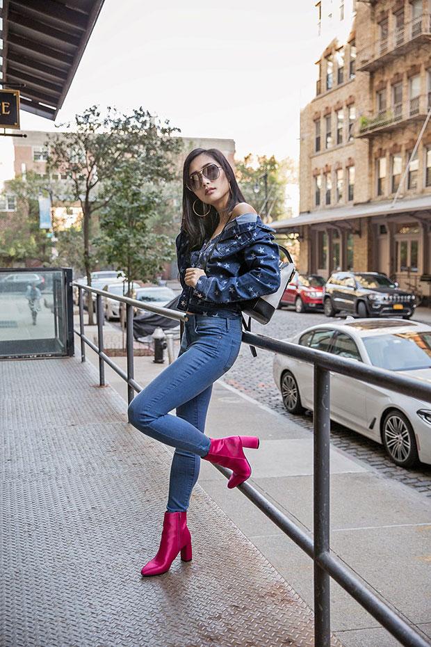 กางเกงยีนส์ Mott & Bow, รองเท้าบู๊ท NA KD, กระเป๋า Parisa Wang, แว่นตากันแดด Quay x Desi Perkins