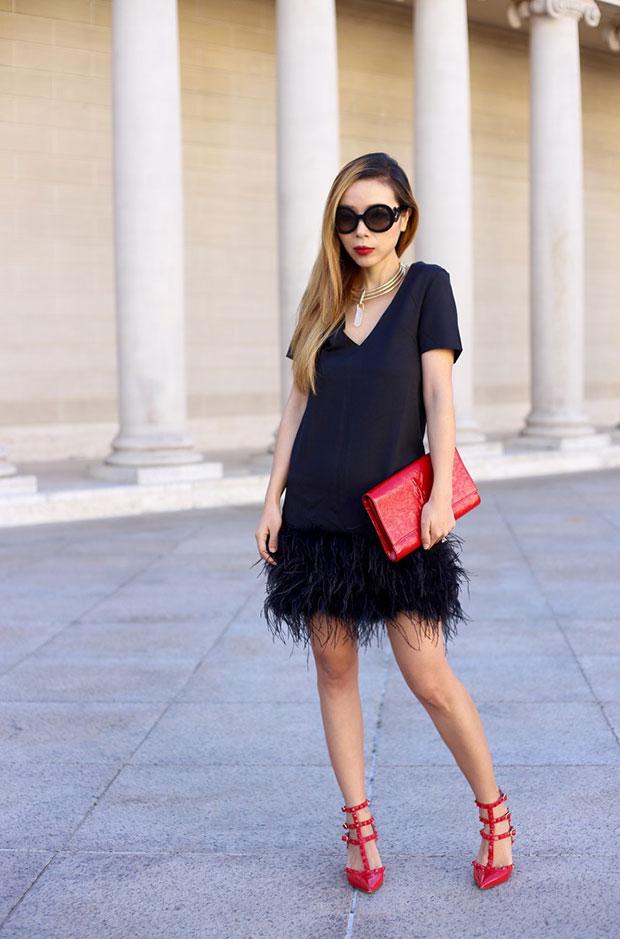 เสื้อสูท Chelsea28, รองเท้าส้นสูง Valentino, แว่นตากันแดด Prada, กระเป๋า Saint Laurent