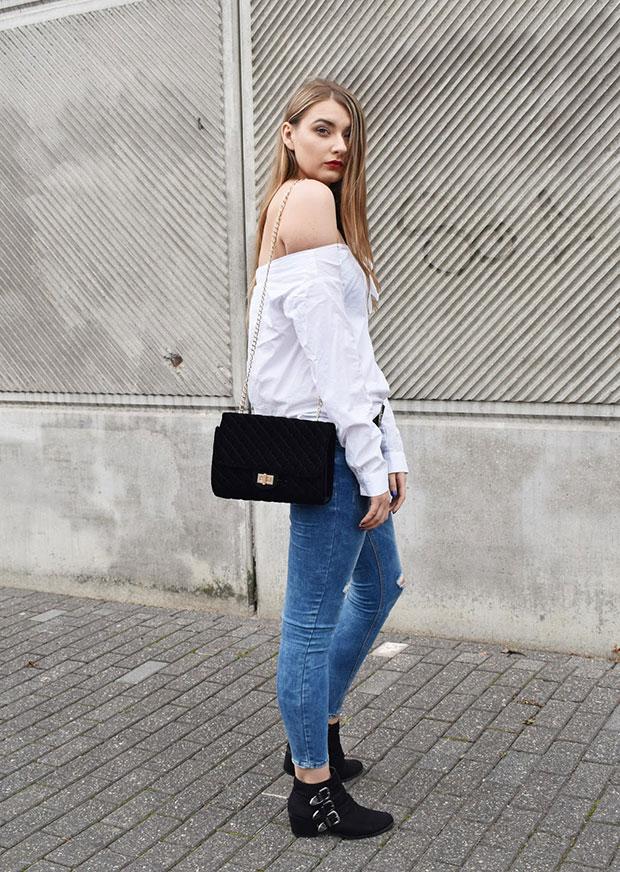 เสื้อ H&M, กางเกงยีนส์ Mango, รองเท้า Dorothy Perkins, กระเป๋า Mohito, นาฬิกา Avon