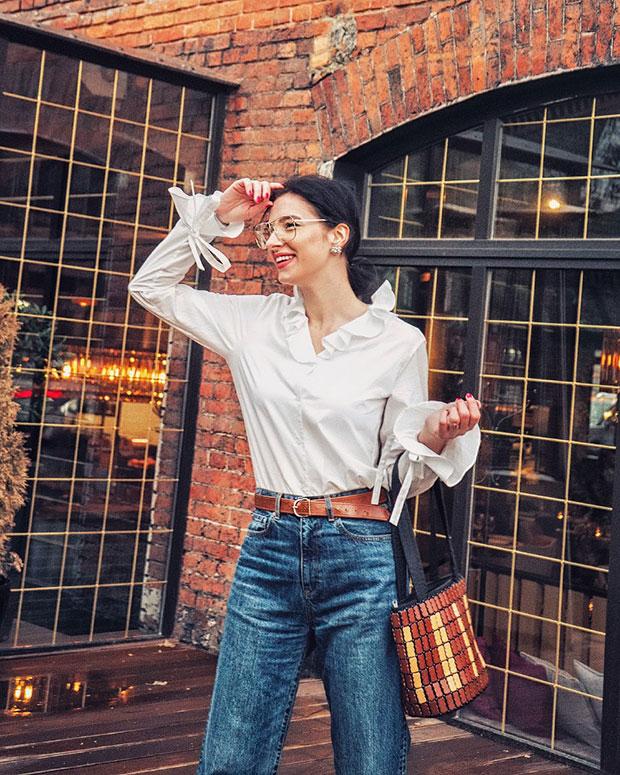 เสื้อ Uniqlo, กางเกงยีนส์ Uniqlo, รองเท้า H&M, กระเป๋า Vintage, แว่นตา Asos