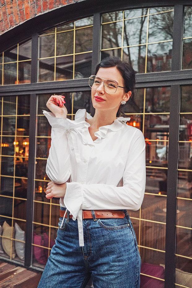 เสื้อ Uniqlo, กางเกงยีนส์ Uniqlo, รองเท้า H&M, แว่นตา Asos, กระเป๋า Vintage