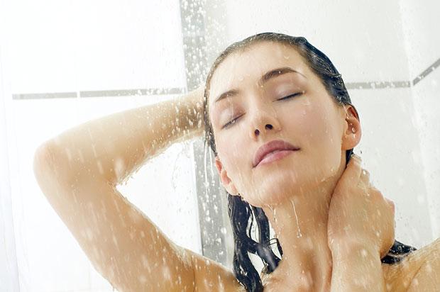 เคล็ดลับการอาบน้ำเพื่อสุขภาพที่ดีของเส้นผม