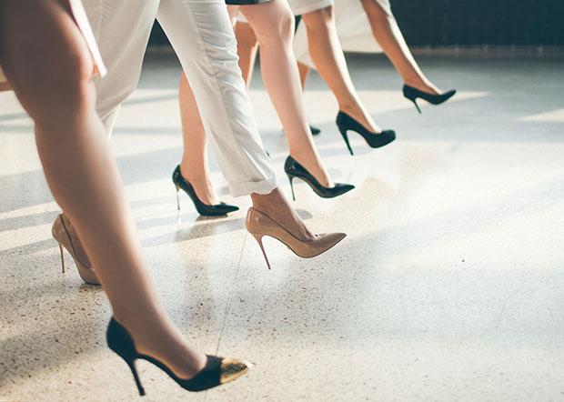 เคล็ดลับการเดินบนรองเท้าส้นสูงให้สวยเริ่ด