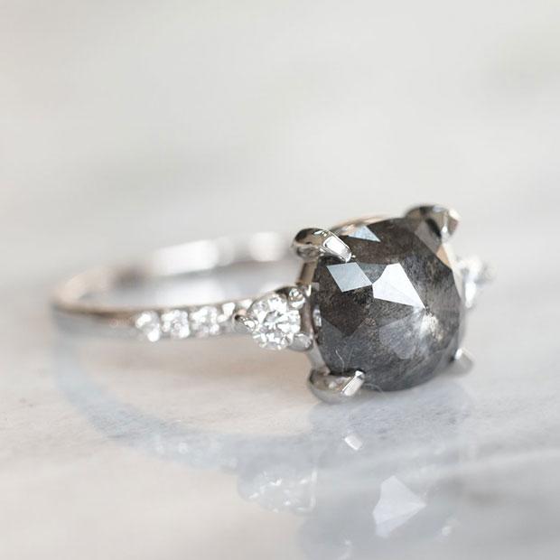 ดำ แหวนหมั้น
