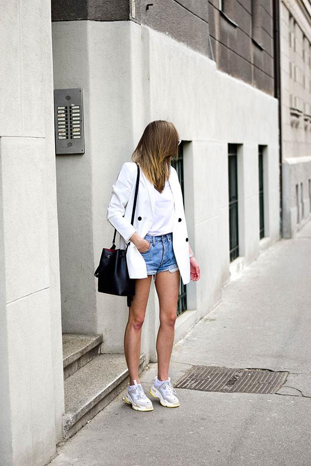 เสื้อสูท JDY, เสื้อยืด Asos, กางเกงขาสั้น Levi's, รองเท้า Jessica Buurman, กระเป๋า Camelia Roma