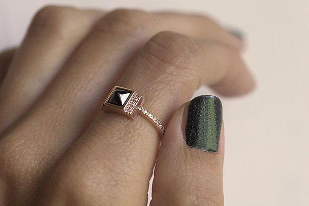 แหวนหมั้นสีดำ