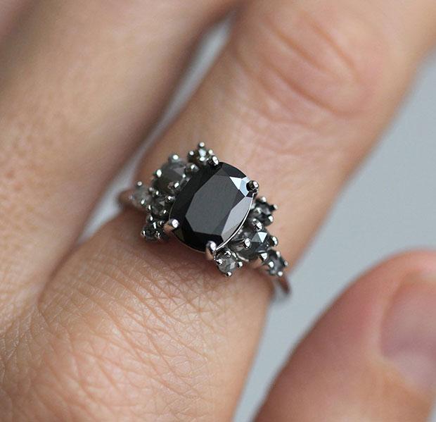 แหวนหมั้น สีดำ
