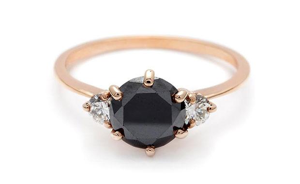 แหวนแต่งงานสีดำ