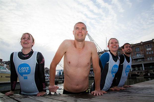 ผู้ชายคนหนึ่งว่ายน้ำ 163 กม.ในเวลา 55 ชั่วโมงเพื่อระดมทุนก่อตั้งกองทุนวิจัยโรคมะเร็ง
