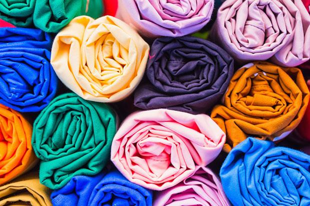 รีดผ้าโดยม้วนเสื้อให้กลม