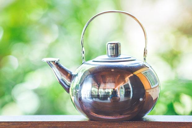 รีดผ้าโดยใช้ประโยชน์ของไอน้ำจากกาน้ำชา