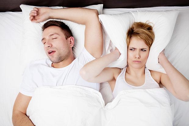 ทำไมผู้ชายจึงกรนมากกว่าผู้หญิง