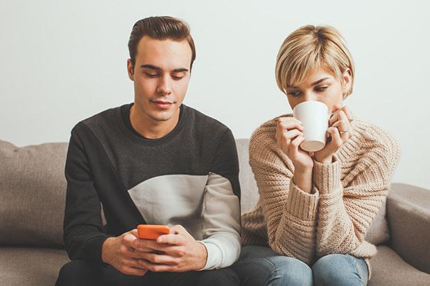 แอบดูโทรศัพท์คนรักผิดหรือไม่